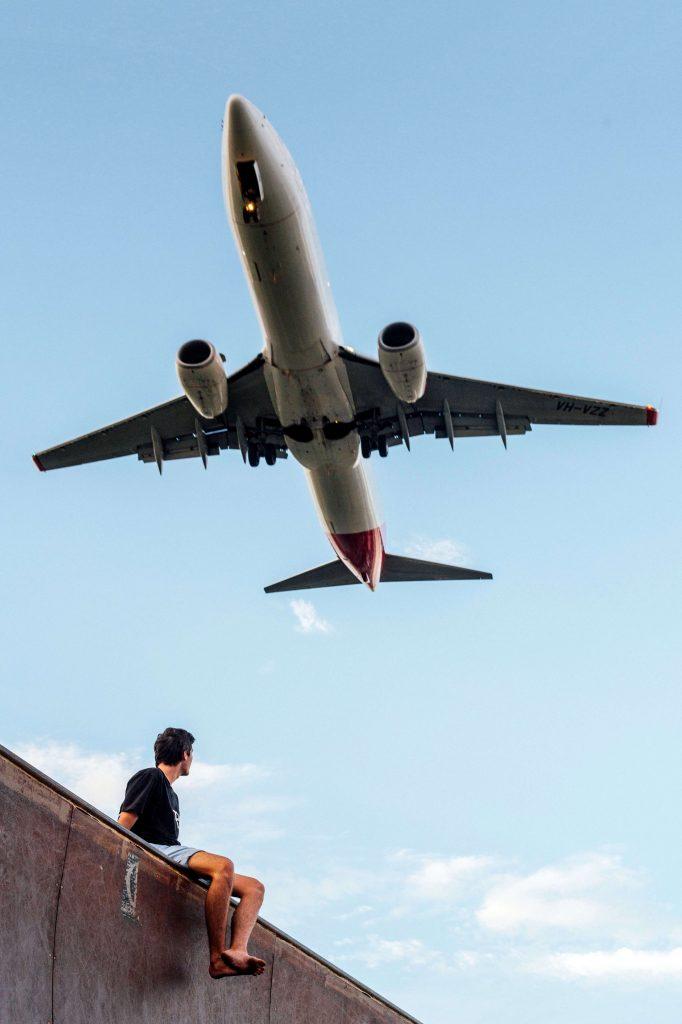 vliegtuig vliegt over man