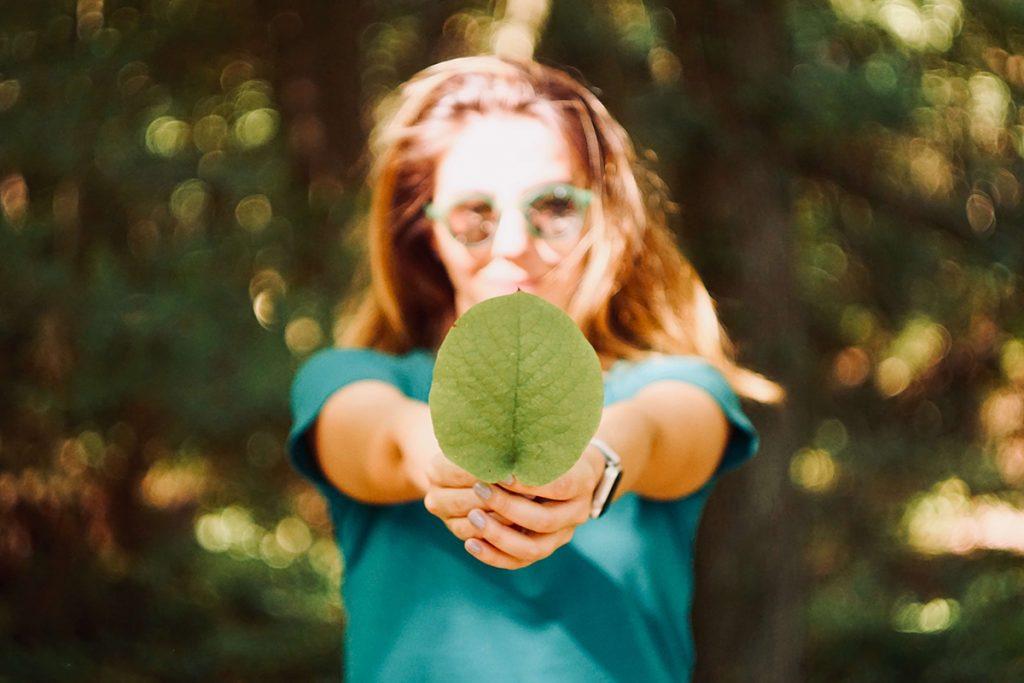 meisje houd blaadje vast in de natuur