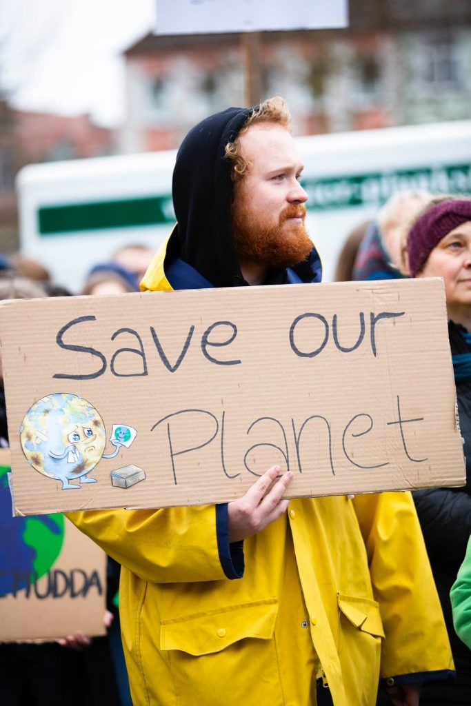 demonstrant-earth-overshoot-day-thedailygreen